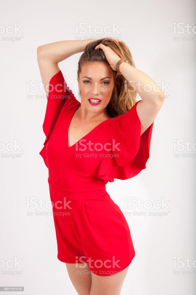 7e992a2d5f355 Schöne Frauen Ein Rotes Kleid Kämmen Ihr Haar Mit Den Händen Und ...