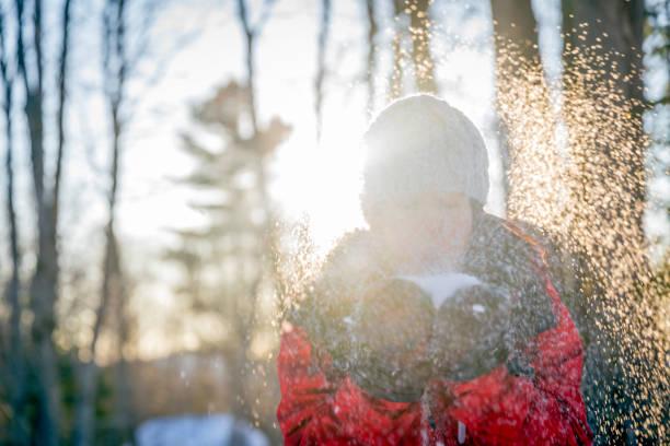 Schöne Frauen blasen im Winter auf Schnee im Wald – Foto
