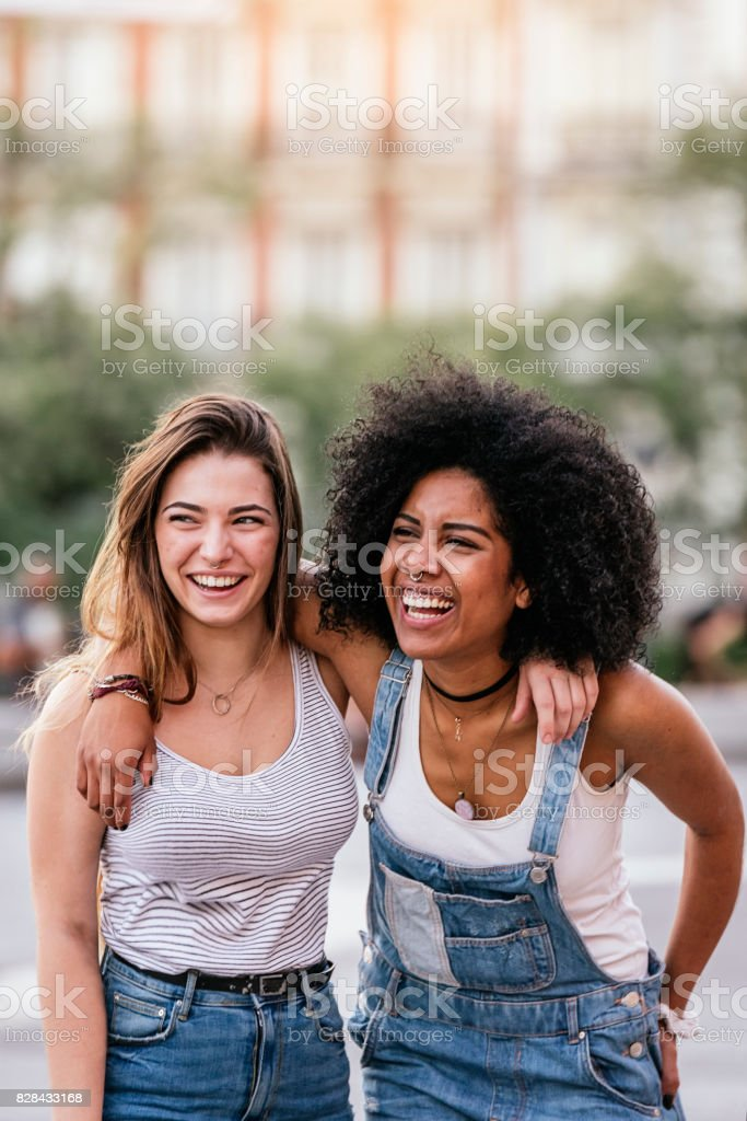 Belles femmes s'amuser dans la rue. - Photo