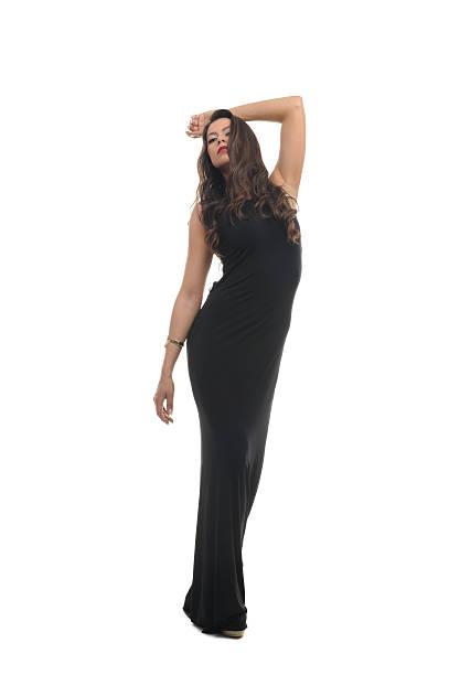 schöne frauen in schwarzen kleid - gewagte trendige lange haare stock-fotos und bilder