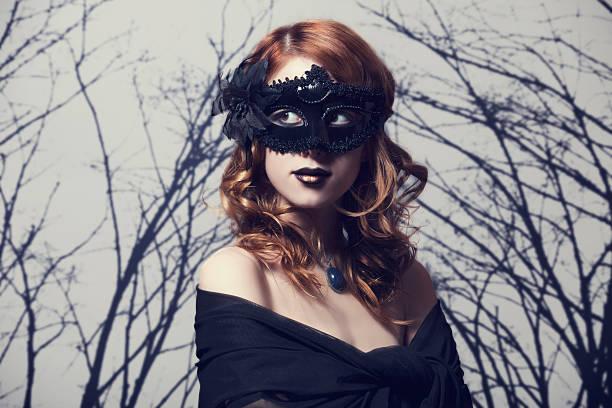 schöne frauen im karneval maske. - coole halloween kostüme stock-fotos und bilder