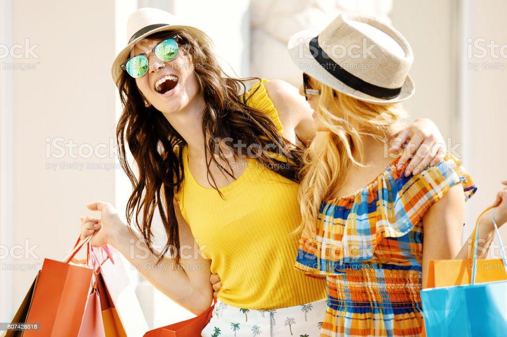 Mulheres bonitas em compras - foto de acervo