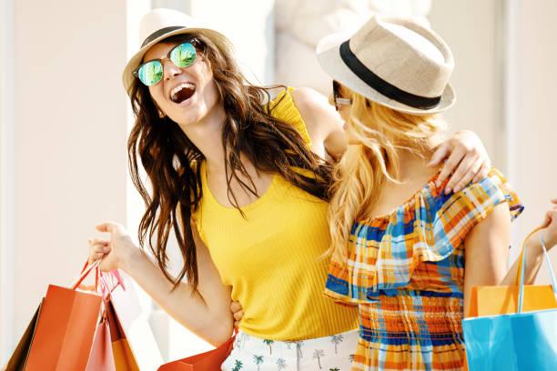 beautiful women in shopping - summer background zdjęcia i obrazy z banku zdjęć