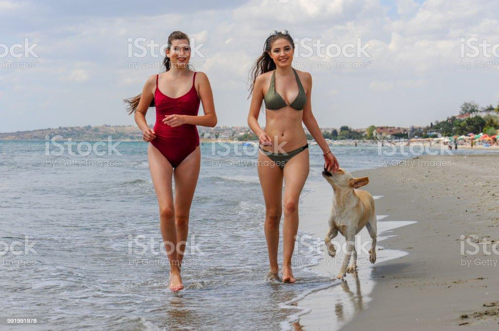 Deniz kenarında güzel kadınlar çalıştırmak stok fotoğrafı