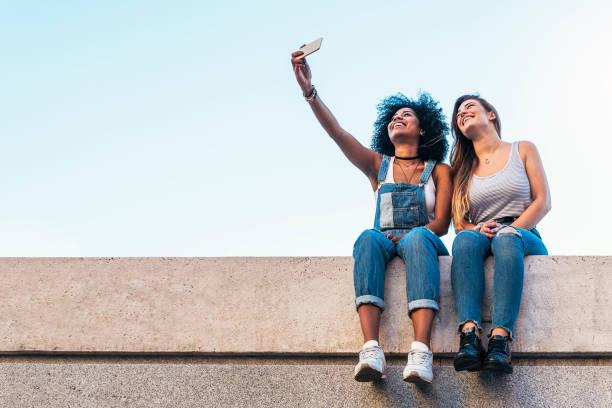 mooie vrouwen nemen een zelfportret in de straat. - selfie girl stockfoto's en -beelden