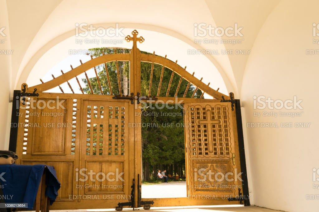Hermosas Puertas De Madera En La Puerta De Entrada Del Monasterio De