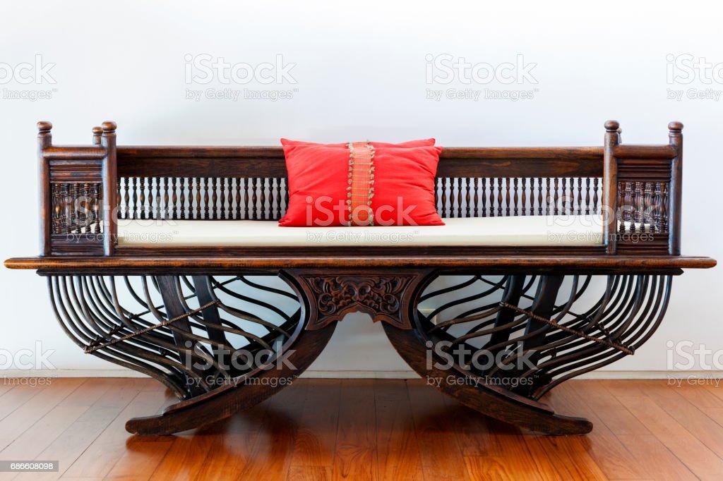 Belle chaise en bois sur plancher en bois. photo libre de droits