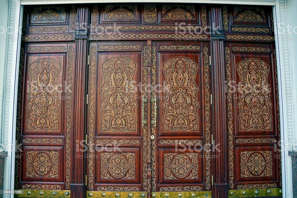 Hermosas Puertas De Madera Con Un Patron En La Parte Delantera De La