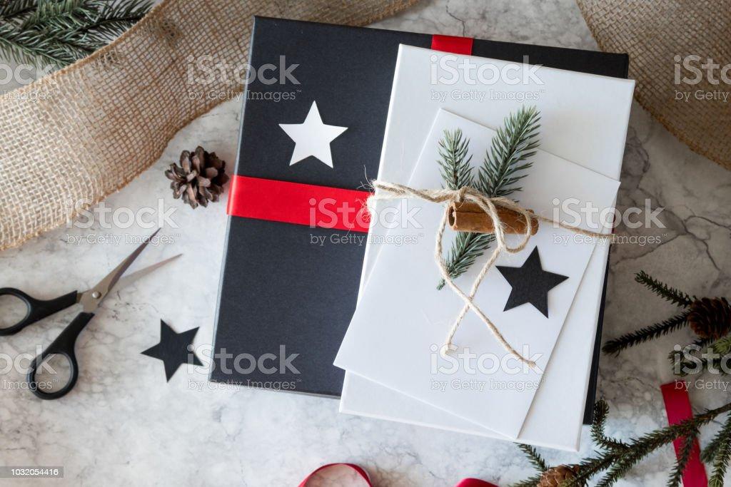 Weihnachtsgeschenke In Schweden.Schön Verpackt Weihnachtsgeschenke Von Oben Gesehen Stockfoto Und