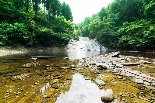 Cascada De Valle Hermoso Yoro Keikoku Bajo El Resplandor Del Sol Y La Mañana Del Cielo Azul En La Prefectura De Chiba Japón Foto de stock y más banco de imágenes de Aire libre