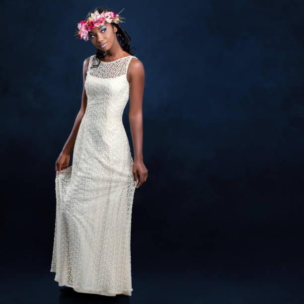 schöne junge afrikanische braut im weißen hochzeitskleid. - hochzeitskleid in schwarz stock-fotos und bilder