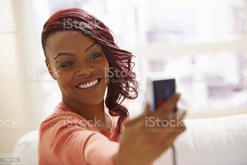 Hermosa Joven mujer tomando fotografías africanas de valet foto de stock libre de derechos