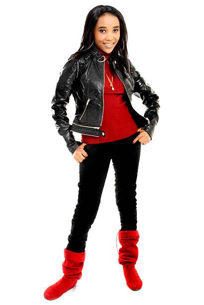 schöne junge afrikanische frau gekleidet in rot und schwarz - goldgefüllte kette stock-fotos und bilder