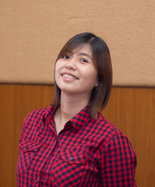 Belo jovem asiático - mulher chinesa sorrindo - foto de acervo