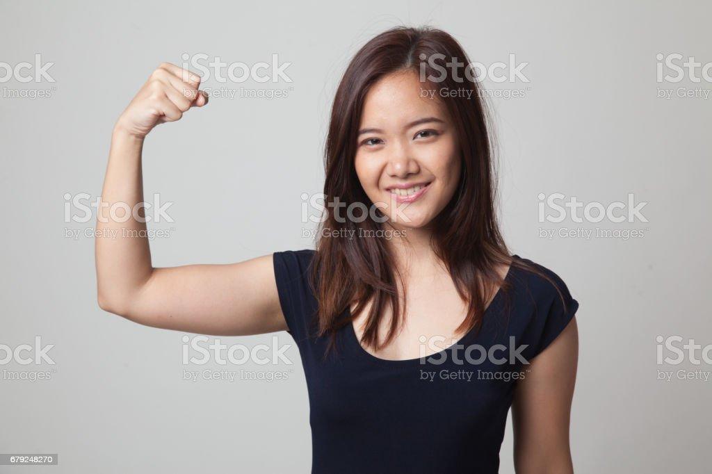 Belle jeune femme asiatique flex, les biceps. photo libre de droits