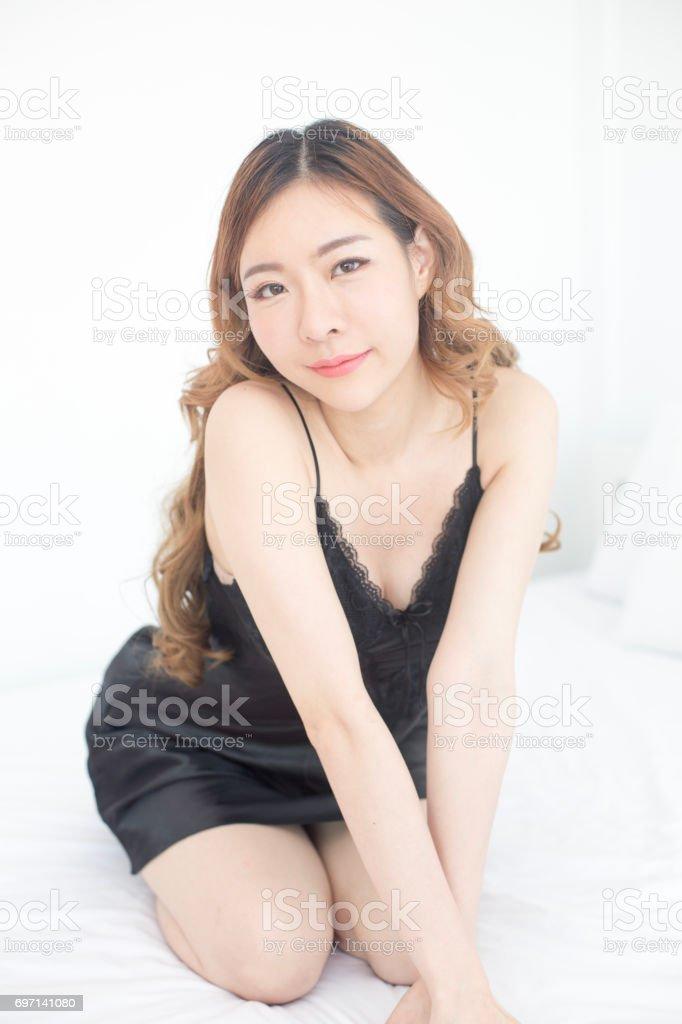 Schöne Junge Asiatische Frau Die Auf Der Kamera Beim Aufwachen Auf