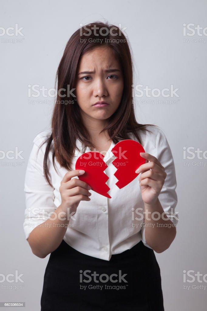 Vacker ung asiatisk kvinna med brustet hjärta. royaltyfri bildbanksbilder