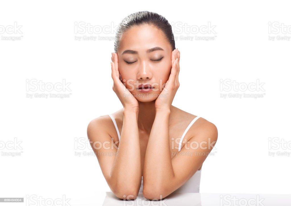 Schöne junge asiatische Frau mit geschlossenen Augen und ruhige Gesicht – Foto