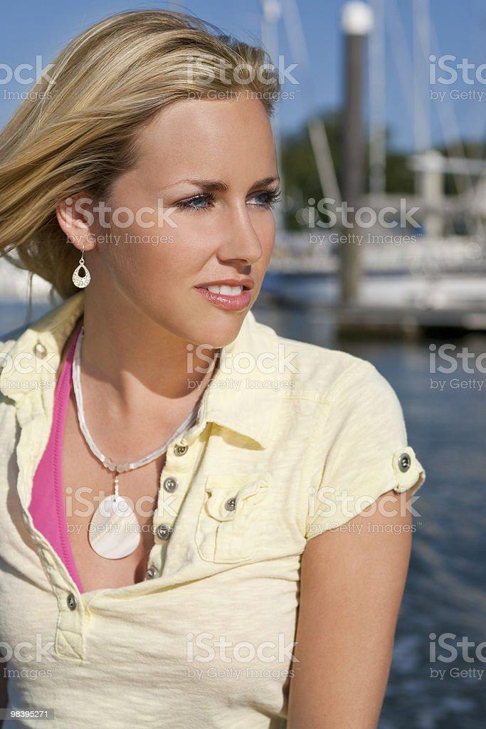 Bellissima giovane donna bionda mette al mare foto stock royalty-free