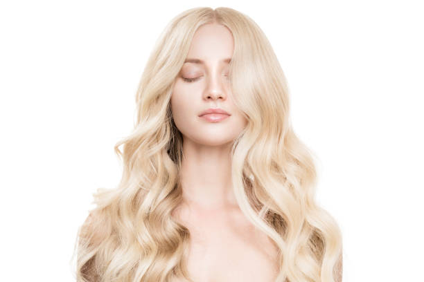 beautiful young blond woman with long wavy hair. isolated - frisuren für schulterlanges haar stock-fotos und bilder