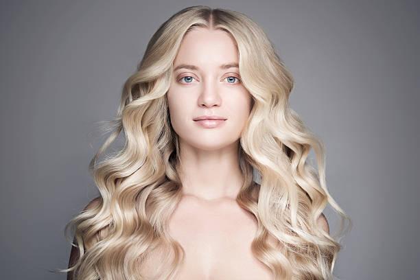 beautiful young blond woman with long wavy hair. - frisuren für schulterlanges haar stock-fotos und bilder