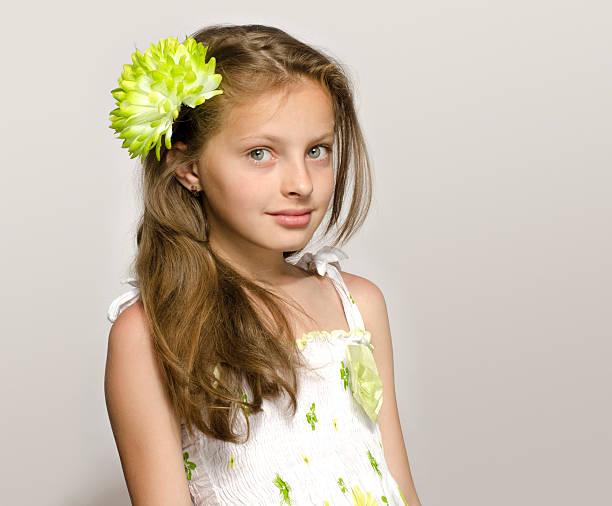 Piękna, młoda dziewczyna w białej o blond włosach Sukienka uśmiech. – zdjęcie