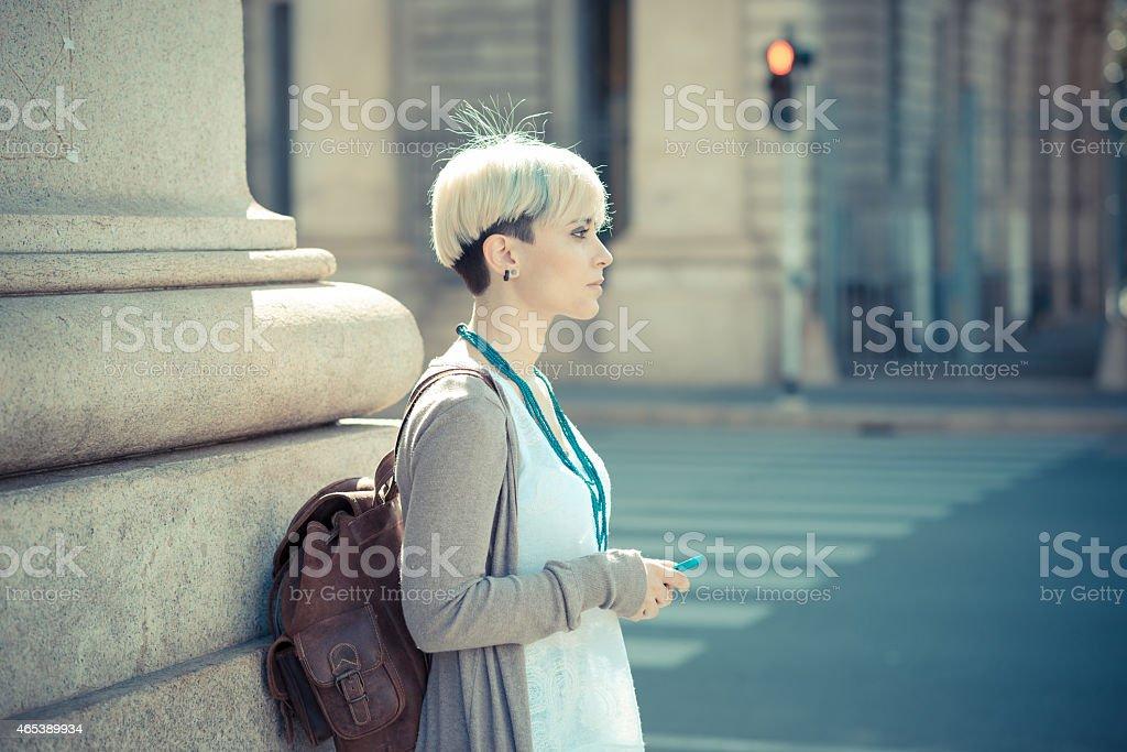 479bf0467780c Schöne junge blonde Frau mit kurzen Haaren-hipster Lizenzfreies stock-foto