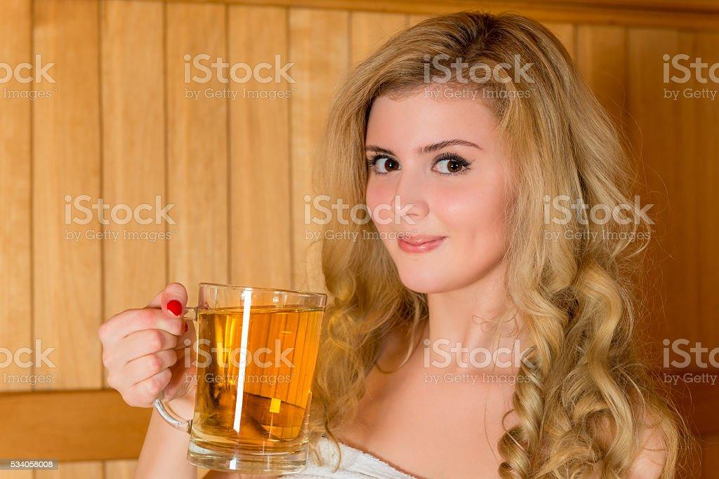 Schöne junge blond in einem Glas von Bier – Foto