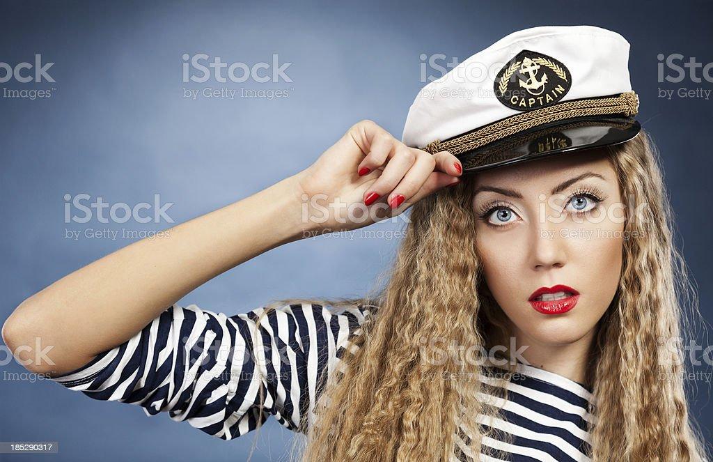 c95a790b96d13 Hermosa joven rubia en sombrero de marinero foto de stock libre de derechos