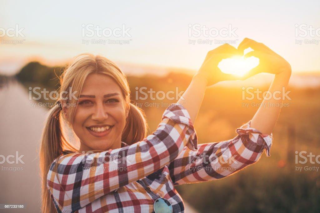 Sol De Encuadre De Corazón Hermosa Mujer Rubia Joven Con Las Manos ...
