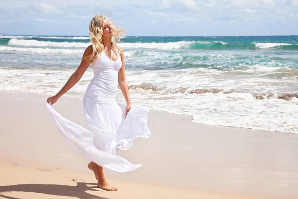schöne junge blonde frau auf hawaii am strand - damen rock braun stock-fotos und bilder