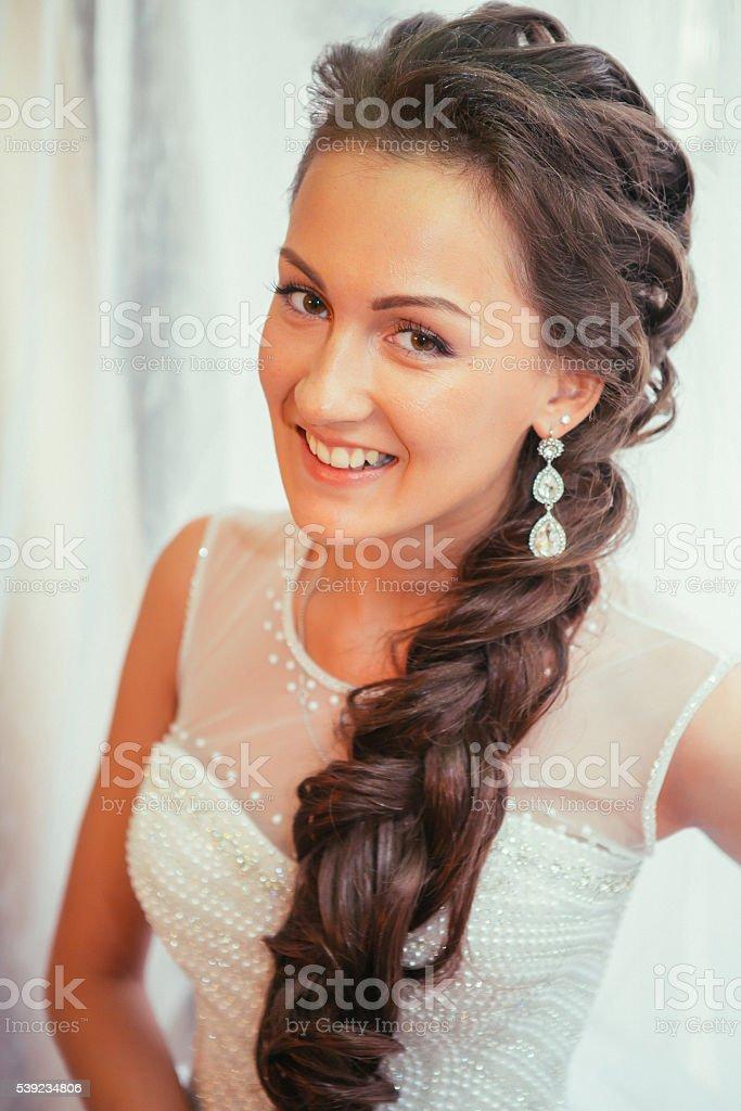 Hermosa joven novia de boda maquillaje y peinado en el dormitorio foto de stock libre de derechos