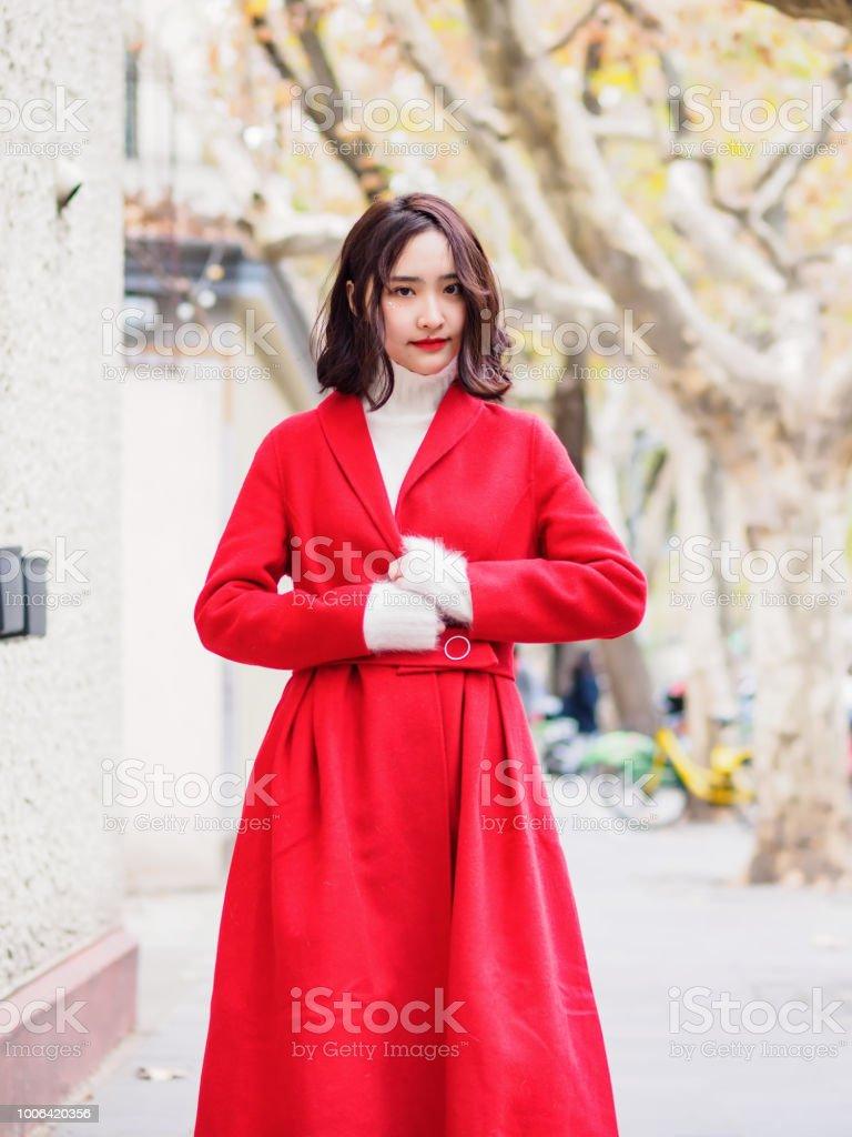 3162626787f6e6 Schöne Brünette junge Frau trägt einen roten Mantel im Herbst Stadt.  Outdoor-Mode Portrait