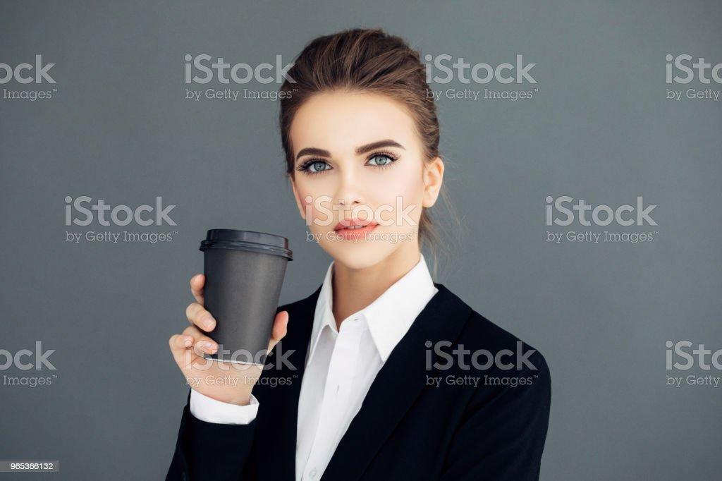 커피의 컵을 들고 아름 다운 젊은 비즈니스 우먼 - 로열티 프리 경영자 스톡 사진