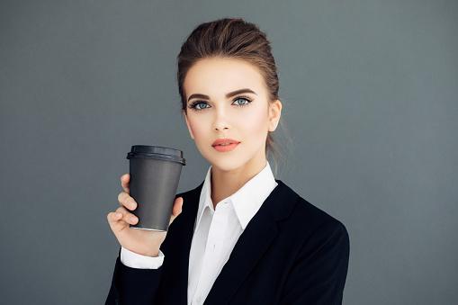 커피의 컵을 들고 아름 다운 젊은 비즈니스 우먼 경영자에 대한 스톡 사진 및 기타 이미지