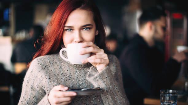 Schöne junge Paar mit Kaffee und Smartphone – Foto