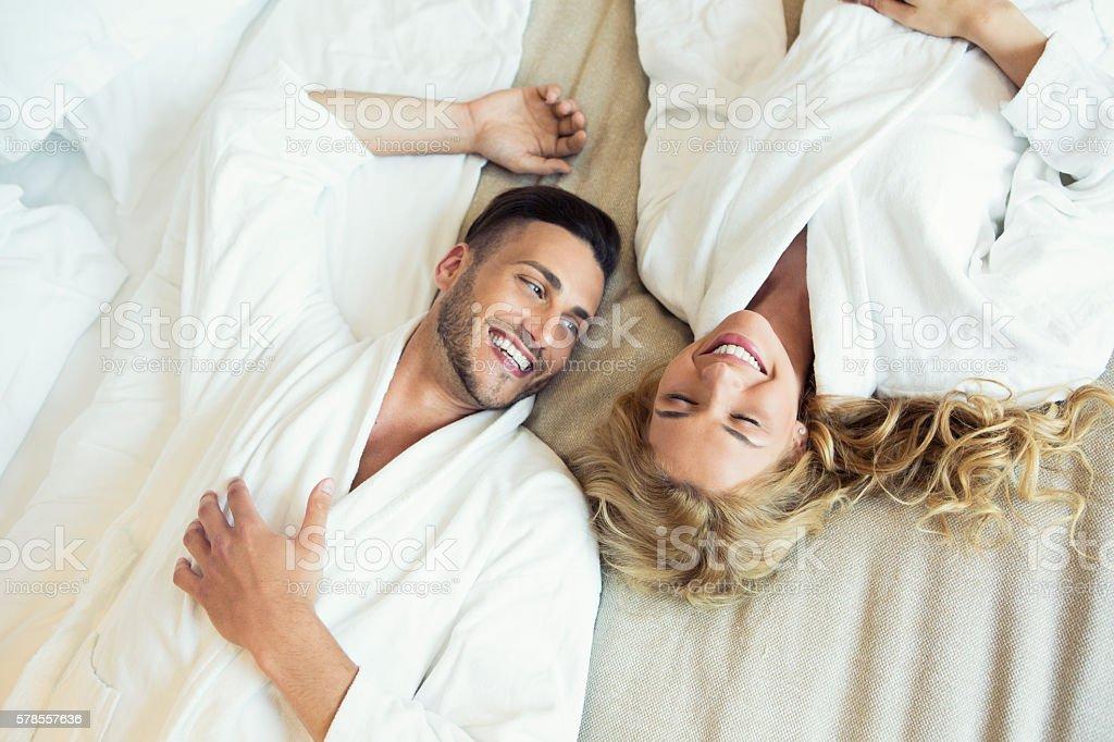 Schönes Junges Paar im Bett – Foto