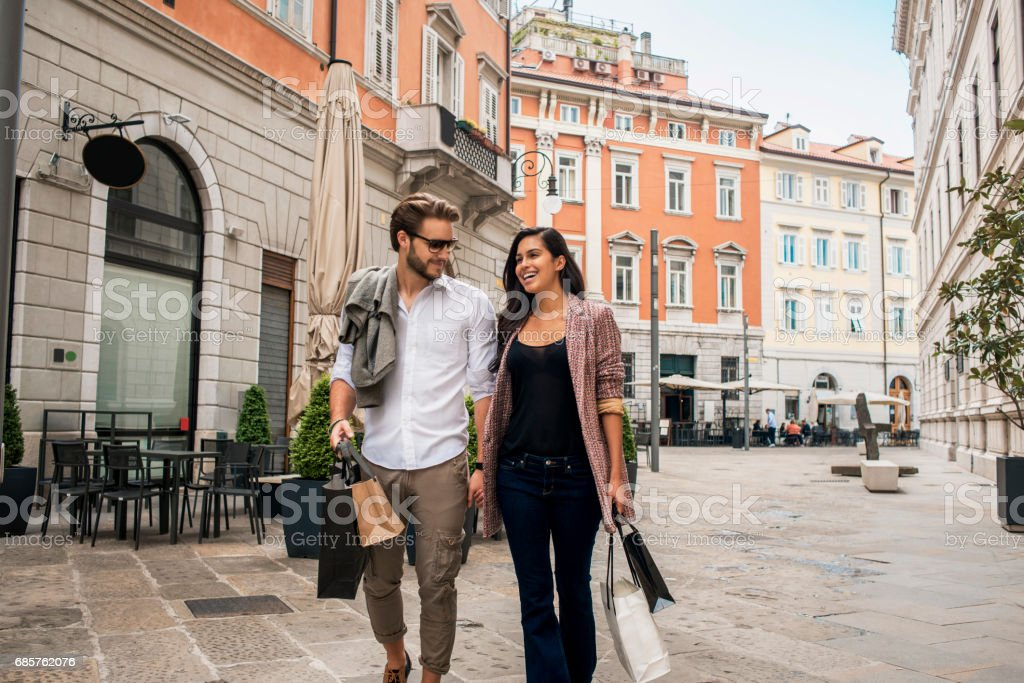 beautiful young couple in shopping foto stock royalty-free