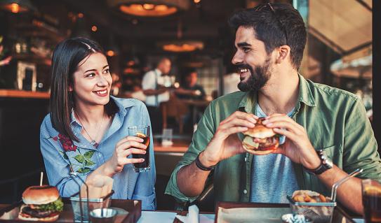 아침을 먹고 카페에 앉아 아름 다운 젊은 부부 사랑 데이트 음식 라이프 스타일 개념 2명에 대한 스톡 사진 및 기타 이미지