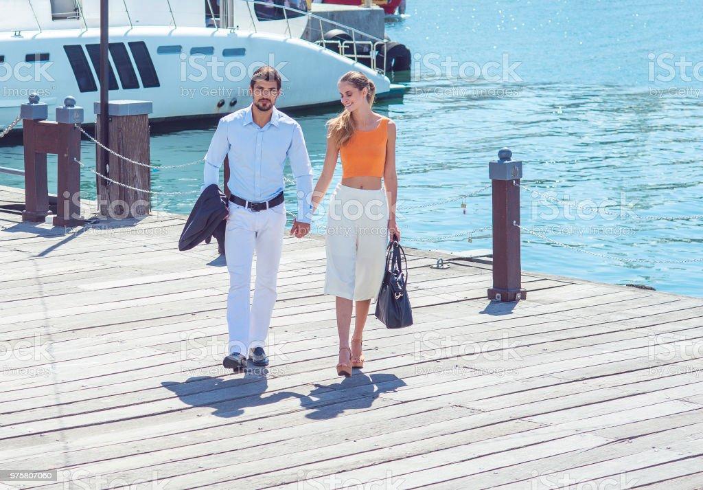 schöne junge Paar zu Fuß in die Stadt port - Lizenzfrei Attraktive Frau Stock-Foto