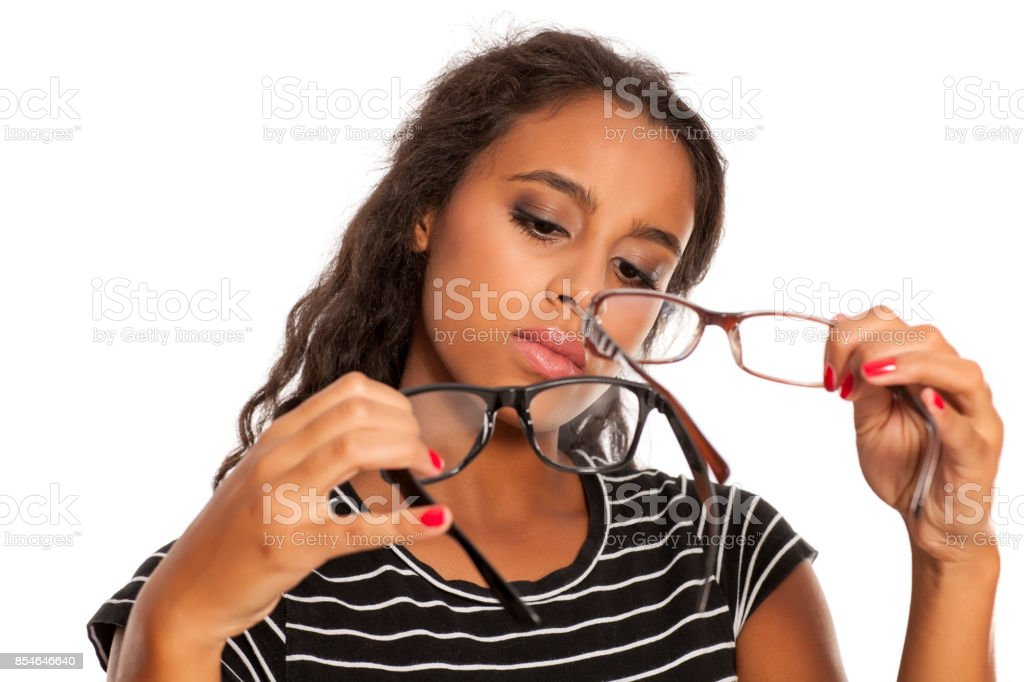 belle jeune noir peau femme compare une paire de lunettes de vue - Photo