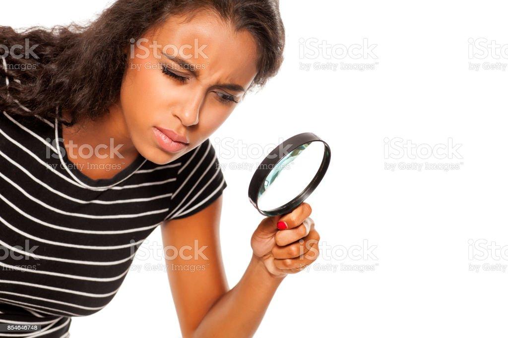 Belle jeune femme peau sombre à la recherche de la fosse la loupe - Photo