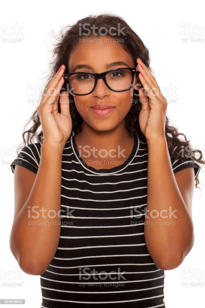 belle jeune femme peau sombre posant avec lunettes - Photo