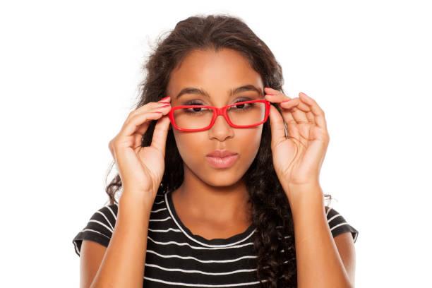 belle jeune femme peau sombre posant avec des lunettes rouges - Photo