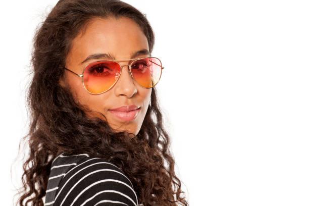 belle jeune femme peau sombre posant avec lunettes de soleil - Photo