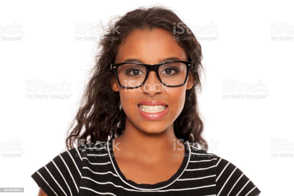 belle jeune femme peau foncée avec sourire forcé - Photo