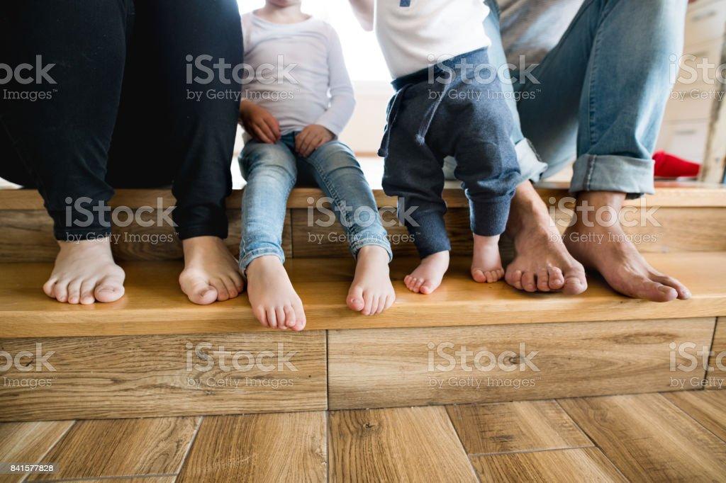 Güzel genç aile. Anne, baba ve çocuk çıplak ayak. stok fotoğrafı
