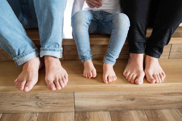 Schöne junge Familie. Nackte Füße von Mutter, Vater und Tochter. – Foto