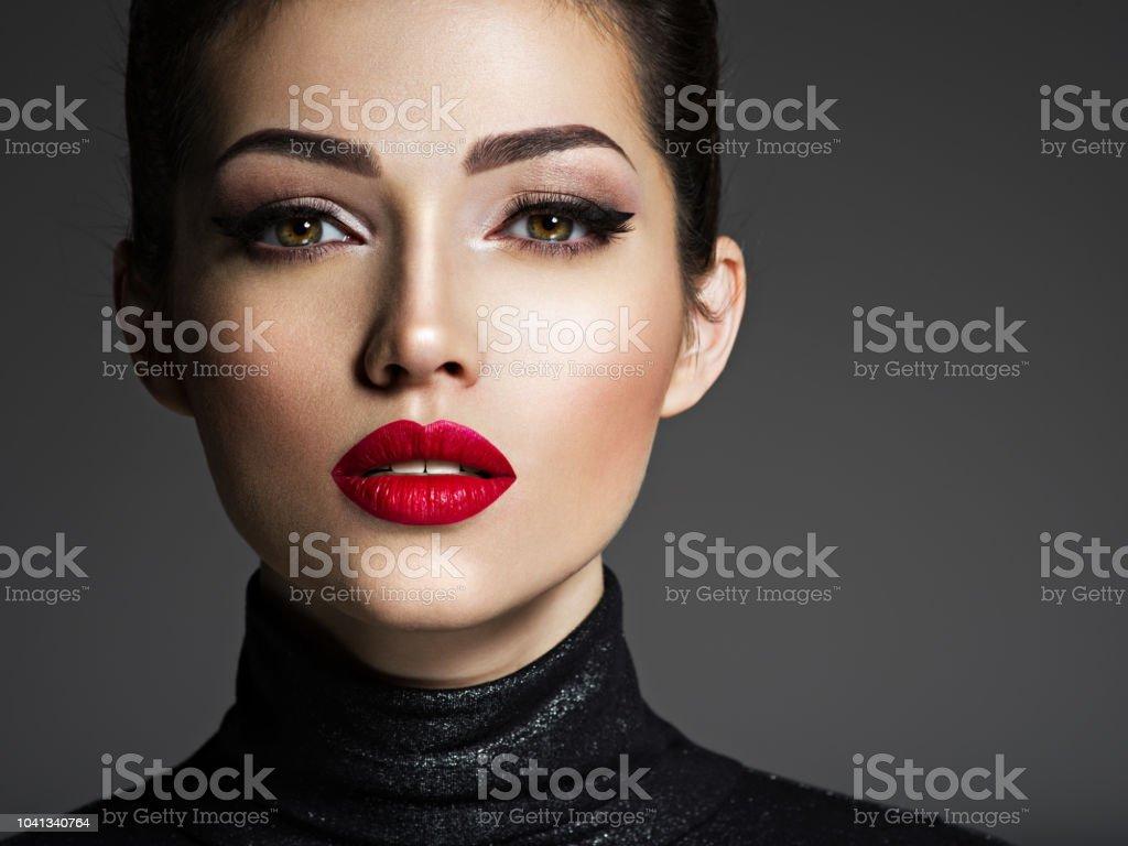 Schöne junge Mode Frau mit rotem Lippenstift. – Foto