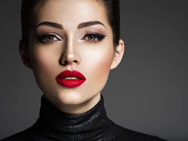 mujer de moda joven hermosa con labios rojos. - labios rojos fotografías e imágenes de stock